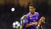 Cristiano Ronaldo (trái) tranh bóng vớí hậu vệ Juventus