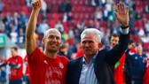 Jupp Heynckes và Arjen Robben mừng danh hiệu vô địch thứ 6.