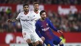 Lionel Messi đi bóng qua Ever Banega (Sevilla)