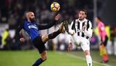 Borja Valero (Inter  Milan) tranh bóng với Mattia De Sciglio (Juventus)