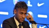 Neymar  không có được nụ cười trong buổi họp báo.