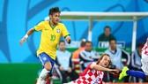 Neymar (trái, Brazil) tranh bóng vơi Ivan Rakitic (Croatia)