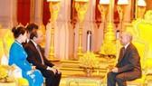 政府總理阮春福偕夫人在皇宮進見了柬埔寨國王諾羅敦‧西哈莫尼。(圖片來源:互聯網)