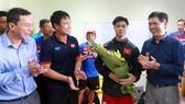Ông Trần Đức Phấn (ngoài cùng bên phải) động viên đội U22 nam Việt Nam. Ảnh: NGỌC HẢI