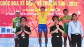"""Cua-rơ Mai Nguyễn Hưng (giữa) từng giành áo vàng cuộc đua """"về Trường Sơn"""" năm 2012. Nguồn: QĐND"""