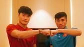 Bùi Tiến Dũng (áo đỏ) và Bùi Tiến Dũng sẽ toàn tâm cho trận chung kết dù bố mẹ không sang cổ vũ trực tiếp. Ảnh: B.T.DŨNG