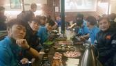 Cầu thủ U23 Việt Nam có tâm trạng rất thoải mái trong buổi đi ăn tại nhà hàng đồ nướng hôm 24-1. Nguồn: VFF