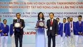 Bà Nguyễn Thị Thu - Phó Chủ tịch UBND TPHCM nhận kỷ niệm chương từ đại diện LĐ Taekwondo châu Á. Ảnh: Dũng Phương