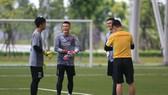 Trợ lý Nguyễn Đức Cảnh trao đổi với các thủ môn trước buổi tập. Ảnh: MINH HOÀNG