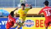 Hà Nội (áo vàng) vượt qua Viettel để vào tranh chung kết. Ảnh: NGUYỄN NHÂN