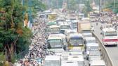 Thu phí đối với phương tiện ô tô tại TPHCM: Cần lộ trình và kiên quyết