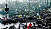 Trung Quốc: Ngư dân tỉnh Liêu Ninh bỏ đánh cá để ... vớt dầu tràn