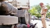 Xe container va chạm xe máy, 3 người thương vong