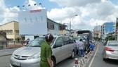 Ùn tắc giao thông trên cầu Nguyễn Văn Cừ do ô tô tông liên hoàn