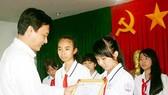 """Trao giải cuộc thi """"Prudential - Văn hay chữ tốt"""" TP Cần Thơ năm 2013"""