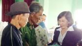 Tặng quà tết bà con nghèo huyện đảo Lý Sơn