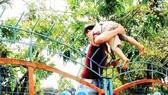 Phản cảm cảnh trèo rào vào Công viên nước Hồ Tây, Hà Nội