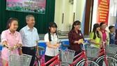 Tặng xe đạp, học bổng giúp con CNVC - LĐ nghèo
