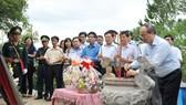 Chủ tịch Ủy ban Trung ương MTTQ Việt Nam Nguyễn Thiện Nhân dâng hương Đại tướng Võ Nguyên Giáp