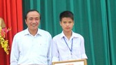 Hà Tĩnh: Tuyên dương học sinh dũng cảm cứu cô giáo giữa dòng nước lũ