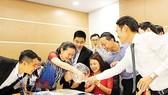 Người nước ngoài hào hứng bốc thăm giành quyền mua căn hộ Vinhomes Central Park