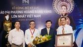 Áo dài gắn hình tượng phượng hoàng bằng vàng được xác lập kỷ lục Việt Nam
