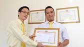 Đà Nẵng: Lái xe trả lại 1.800USD cho du khách bỏ quên trên xe