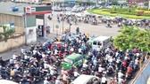 Kẹt xe nghiêm trọng ở vòng xoay Nguyễn Kiệm - Phạm Văn Đồng