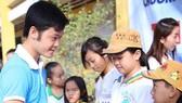Thầy giáo trẻ mê làm từ thiện