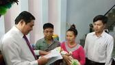 Đà Nẵng: Trẻ mới sinh được Chủ tịch UBND thành phố trao giấy khai sinh tại nhà