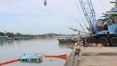 Chìm sà lan gây tràn dầu trên sông Đồng Nai