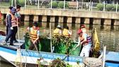Ra quân vớt rác làm sạch kênh Nhiêu Lộc - Thị Nghè