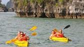 Sốc vì quyết định cấm chèo thuyền kayak ở vịnh Hạ Long