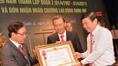 Đảng bộ, chính quyền và nhân dân quận 2 được trao tặng Huân chương Lao động hạng Nhì