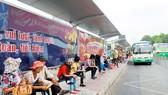 Dời trạm xe buýt Bến Thành, nhiều hành khách lúng túng