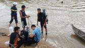 Lực lượng chức năng tìm kiếm thi thể cháu Kiên. Ảnh: Hồng Văn- CA Kon Tum