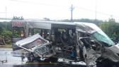 2 xe khách đối đầu, 1 người chết, 13 người bị thương