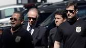 Ông Nuzman (thứ 2 từ trái qua) bị cảnh sát Brazil bắt vì tội hối lộ.