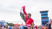 World Cup đã kết nối những con người xa lạ có chung tình yêu bóng đá lại với nhau. Ảnh: CNN