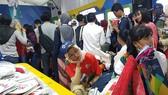Tình nguyện viên Asiad 2018 thẫn thờ ngồi chờ đến lượt mua linh vật