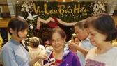 Nghi thức cài hoa hồng trong lễ Vu lan tổ chức tại chùa Minh Đạo (quận 3). Ảnh: HOÀI NAM