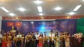 Ban tổ chức tặng hoa các thí sinh dự thi