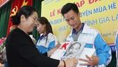Đồng chí Võ Thị Dung tặng quà chúc mừng các đảng viên mới