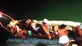 Tàu SAR 412 cứu các thuyền viên gặp nạn khi tránh bão số 14 trong đêm