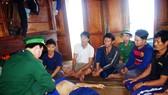 Bộ đội Biên phòng tỉnh Bình Định đang sơ cứu ban đầu cho các ngư dân tàu bị nạn