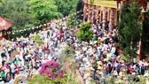 Hàng vạn người kéo nhau lên núi ngắm tượng Phật ngồi cao nhất Đông Nam Á