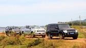 """3 xe ô tô của đoàn khảo sát (2 xe công vụ) bị """"nhốt"""" 5 ngày qua tại đầm Trà Ổ"""