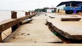 Triều cường phá sập kè chắn, con đường ven biển khu dân cư Bạch Đằng. Ảnh: MINH CHÂU