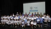 Thủ môn Shay Given trao bằng chứng nhận cho 64 học viên nhí