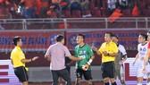 TPHCM - Đà Nẵng 4-2: Chủ nhà ngược dòng, thủ môn Văn Hưng nhận thẻ đỏ